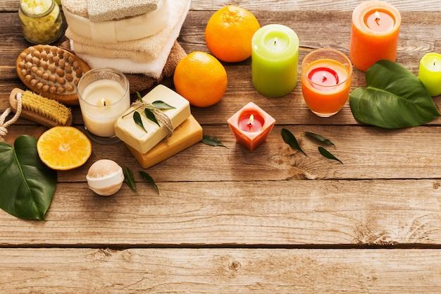 Concetto della stazione termale con i frutti arancio sulla vecchia tavola di legno