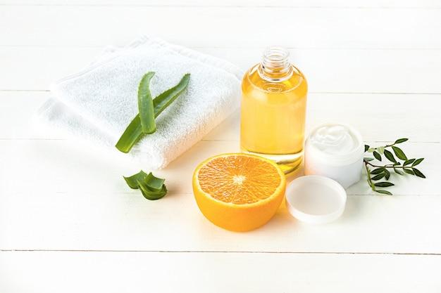 Concetto della stazione termale con sale, menta, lozione, asciugamano su bianco