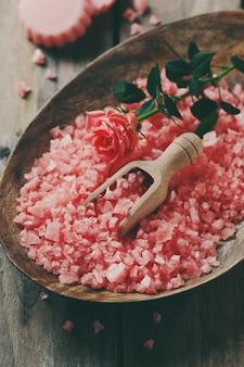 Concetto della stazione termale con sapone e sale rosa