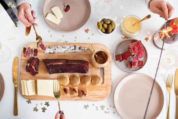 Concetto della tabella di pranzo della famiglia di natale. festa di natale