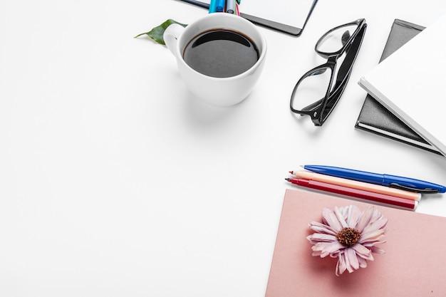 Concetto della tavola, dell'affare e di istruzione bianca della scrivania