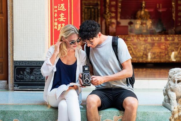 Concetto delle coppie di memoria della foto della macchina fotografica di vacanza di viaggio di trave
