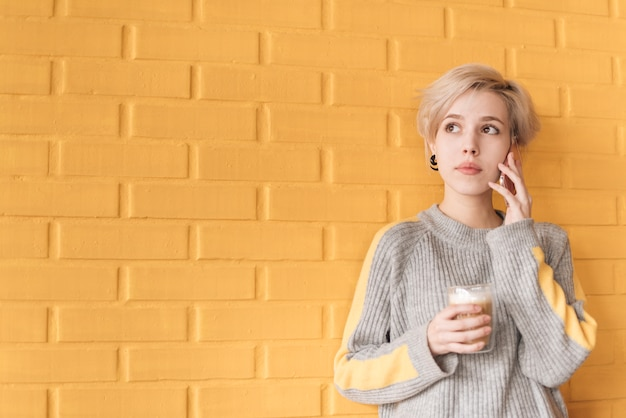 Concetto delle free lance con la donna che chiama davanti alla parete