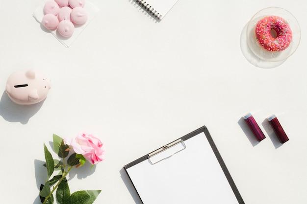 Concetto dello scrittorio di vista superiore con fondo bianco