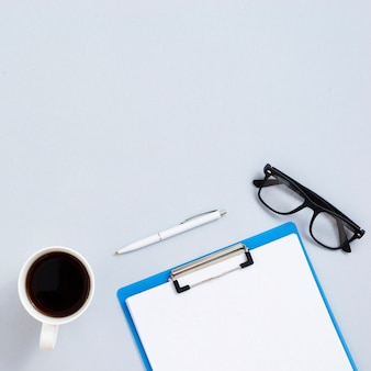 Concetto dello scrittorio di vista superiore con fondo grigio