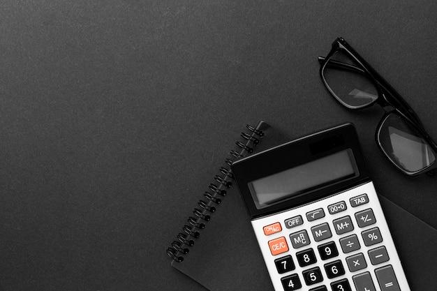 Concetto dello scrittorio di vista superiore con il calcolatore