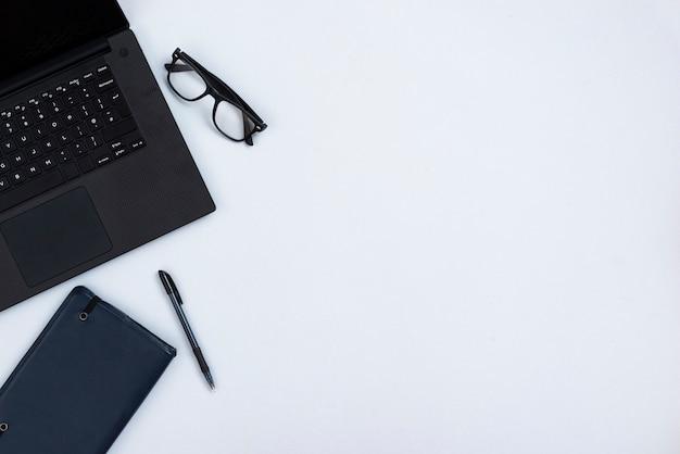Concetto dello scrittorio di vista superiore con il computer portatile