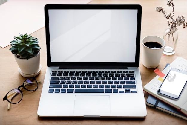 Concetto dello spazio in bianco del taccuino del dispositivo dell'aggeggio del computer portatile