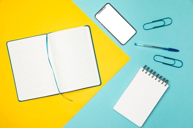 Concetto desktop di vista superiore con sfondo colorato