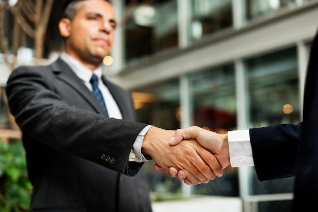 Concetto di accordo della stretta di mano di affare degli uomini d'affari