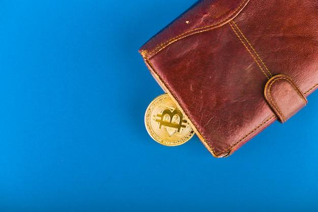 Concetto di acquisto di bitcoin. bitcoin e portafoglio.