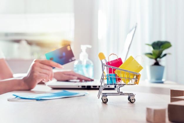 Concetto di acquisto online con lo stile di vita new normal per l'auto quarantena durante lo scoppio della malattia da corona virus (covid-19).