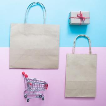 Concetto di acquisto: piatto laici di mock up shopping bag per il marchio con scatola regalo
