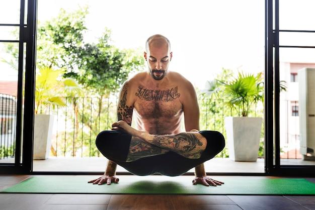 Concetto di addestramento di posa di pratica di yoga dell'uomo
