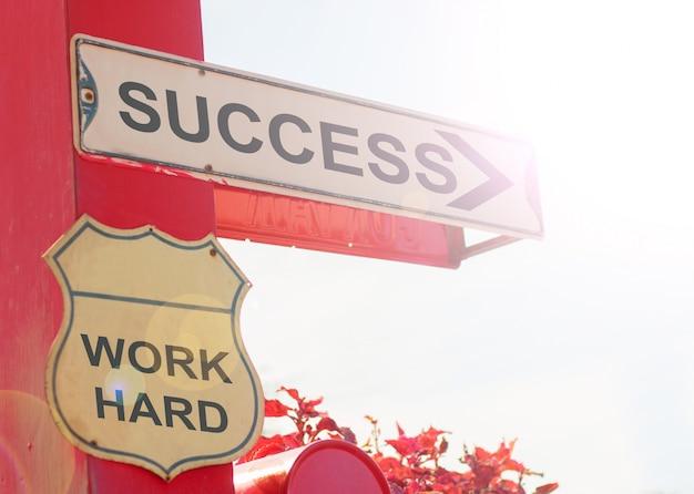Concetto di affari dal vecchio segnale stradale con successo