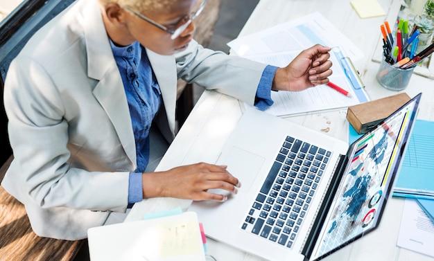 Concetto di affari di lavoro di analisi della donna di affari africana