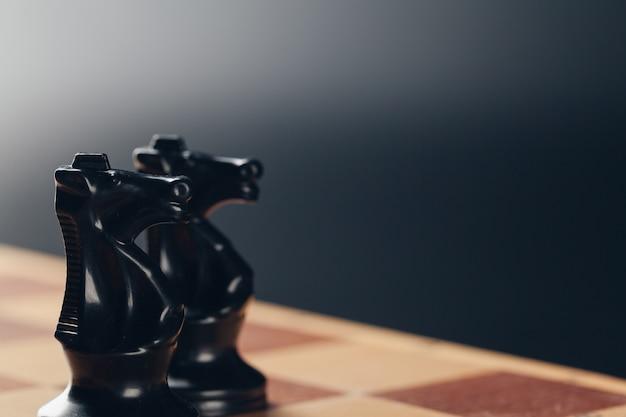 Concetto di affari di scacchi a bordo