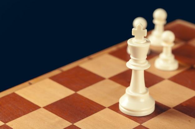 Concetto di affari di scacchi, leader e successo.