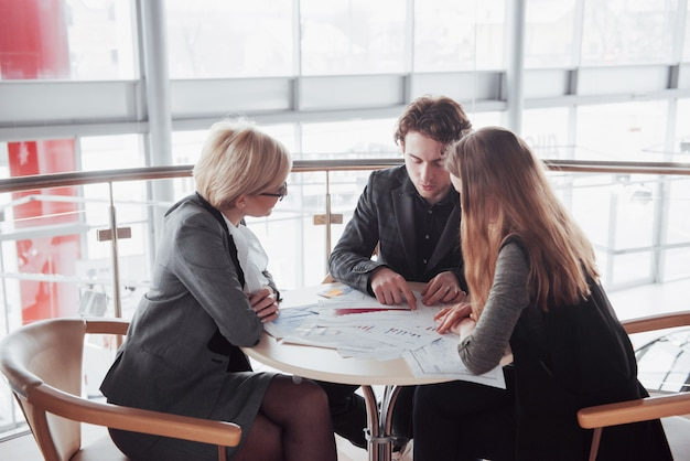 Concetto di affari, di tecnologia e dell'ufficio - capo femminile sorridente che parla con gruppo di affari