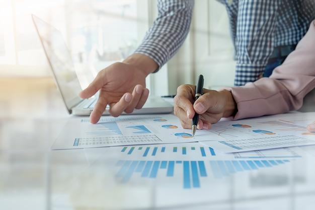 Concetto di affari. fila di monete per concetto di finanza e banca con uomo e donna d'affari. una metafora della consulenza finanziaria internazionale.