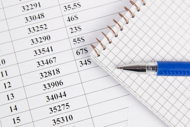 Concetto di affari. grafici finanziari, quaderno e penna