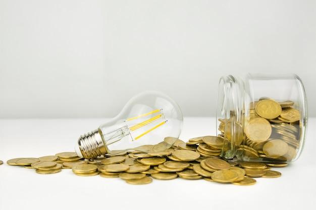 Concetto di affari. lampada con monete su una luce