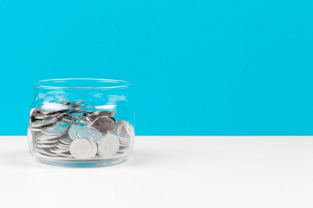 Concetto di affari, pianificazione di risparmio con le monete in barattolo di vetro