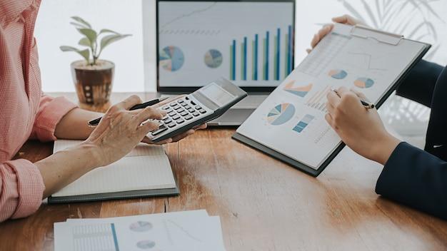 Concetto di affari. uomini d'affari discutendo i grafici e i grafici che mostrano i risultati del loro lavoro di squadra di successo.