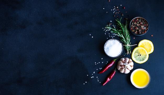 Concetto di alimenti biologici su sfondo nero