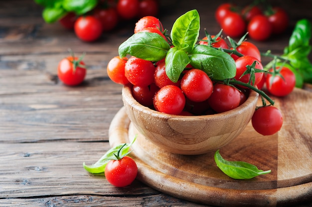 Concetto di alimento sano con il pomodoro e il basilico, fuoco selettivo