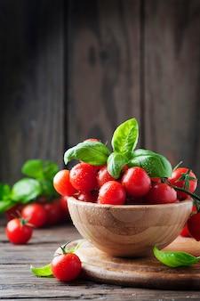 Concetto di alimento vegetariano con basilico e pomodoro, fuoco selettivo