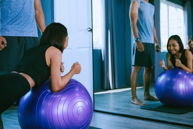 Concetto di allenamento; giovani che praticano allenamento in classe