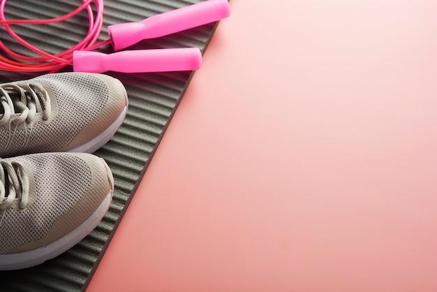 Concetto di allenamento scarpe sportive che salta la corda
