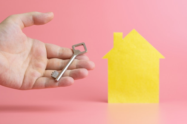 Concetto di alloggio, mano con chiave - simbolo di acquisto