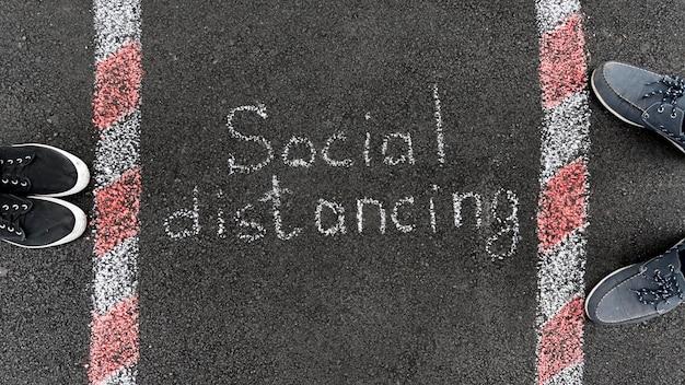 Concetto di allontanamento sociale con il gesso