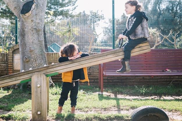 Concetto di amicizia di due ragazze sul campo da giuoco