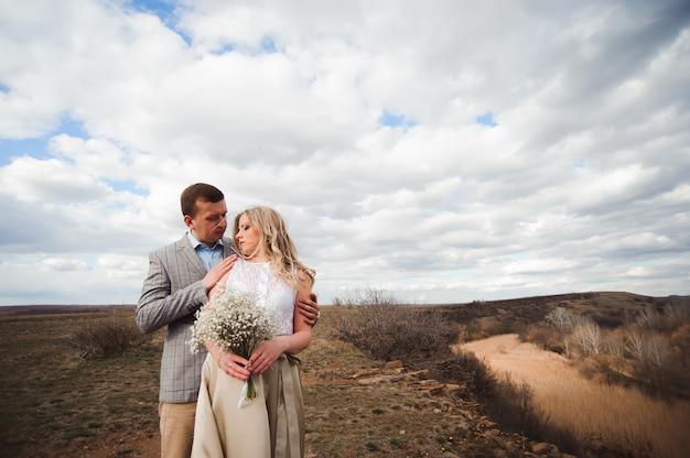 Concetto di amore, di romanticismo e della gente - giovani coppie felici che abbracciano all'aperto.