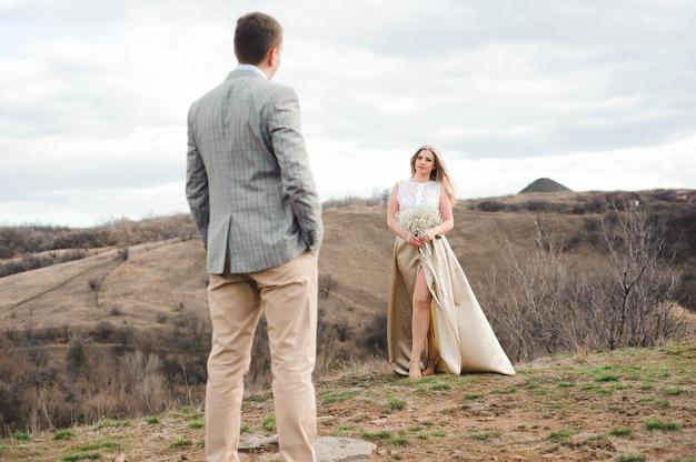 Concetto di amore, romanticismo e persone - cammina la bella coppia di sposi