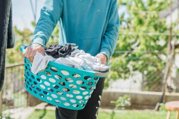 Concetto di appendere i vestiti per asciugare in giardino