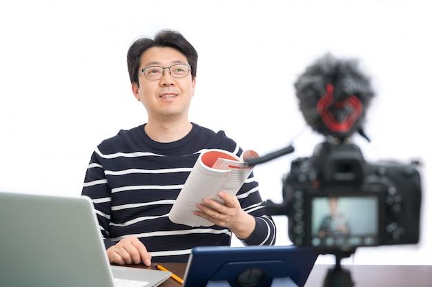 Concetto di apprendimento online. un insegnante maschio di mezza età asiatico che si appresta a imparare online.