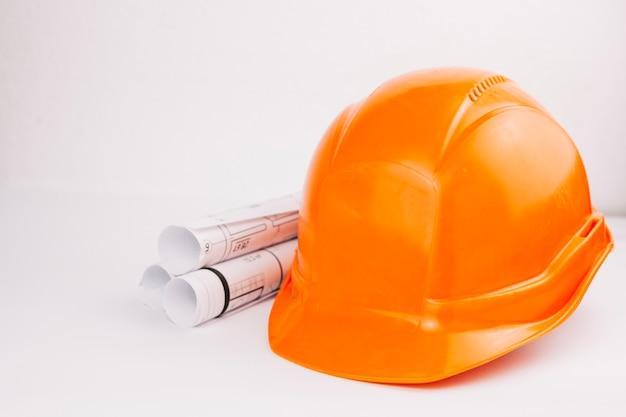 Concetto di architettura con casco arancione