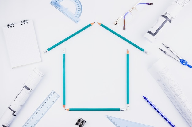 Concetto di architettura con le matite che formano casa