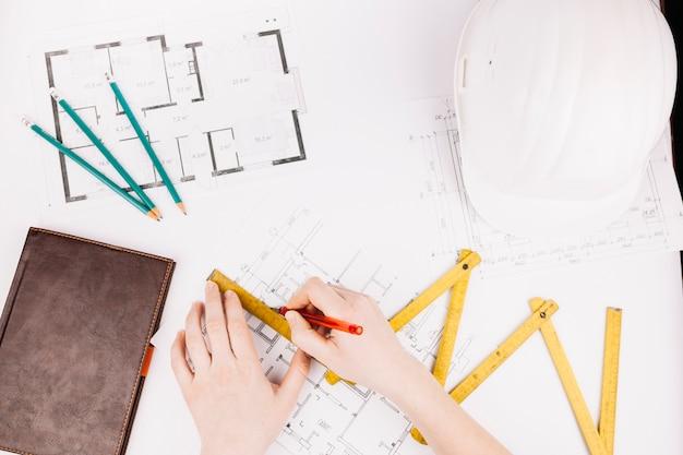 Concetto di architettura con piano di costruzione