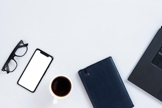 Concetto di area di lavoro vista dall'alto con smartphone mock-up