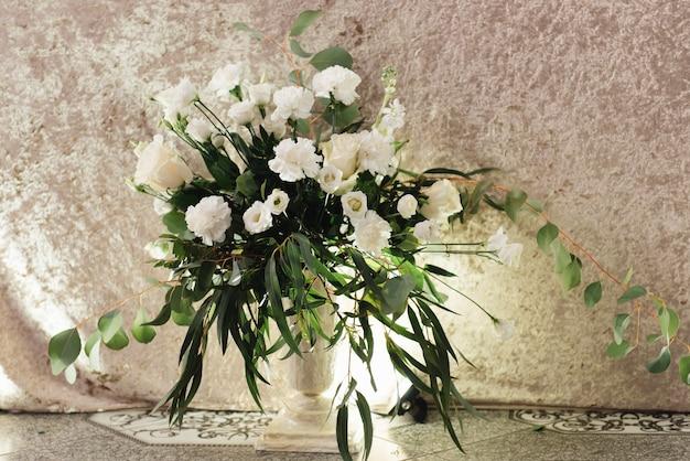 Concetto di arredamento per matrimoni e vacanze, composizioni floreali sul tavolo di fiori freschi.