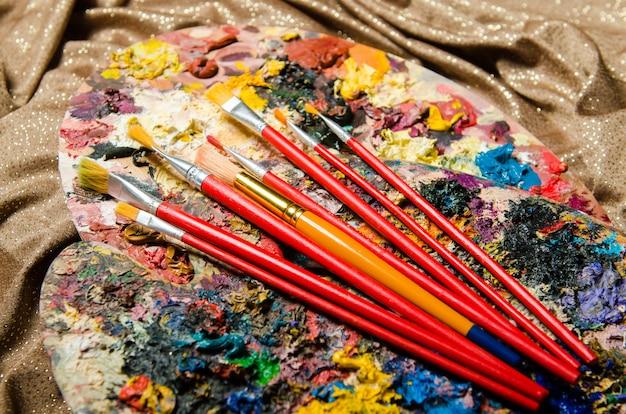 Concetto di arte con tavolozza e pennelli