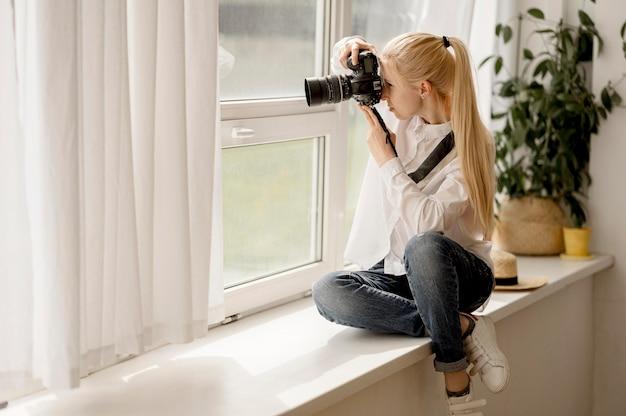 Concetto di arte della foto della donna e della macchina fotografica di vista lunga