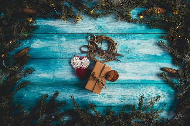 Concetto di articoli natalizi sulla tavola di natale blu.