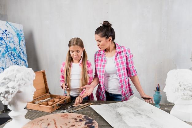 Concetto di artista con madre e figlia