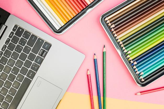 Concetto di artista moderno con matite colorate e computer portatile